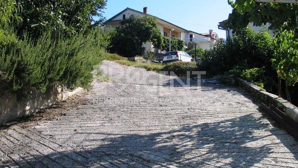 Kuća s dva stana i garažom, Buzet
