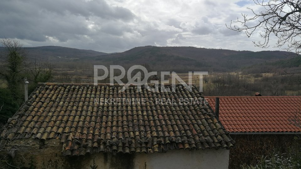 Djelomočno obnovljena kuća kod Roča