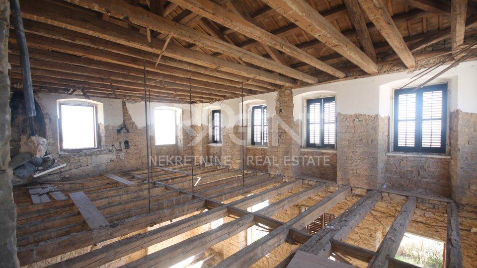 Buje, stara kamena kuća s građevinskom dozvolom za rekonstrukciju