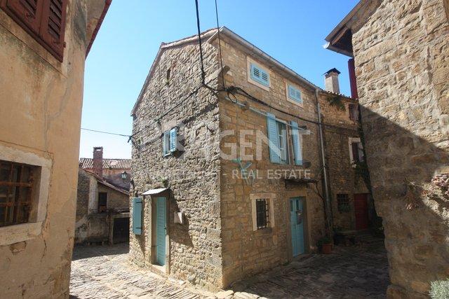 Grožnjan, adaptirana kamena kuća s galerijom u prizemlju
