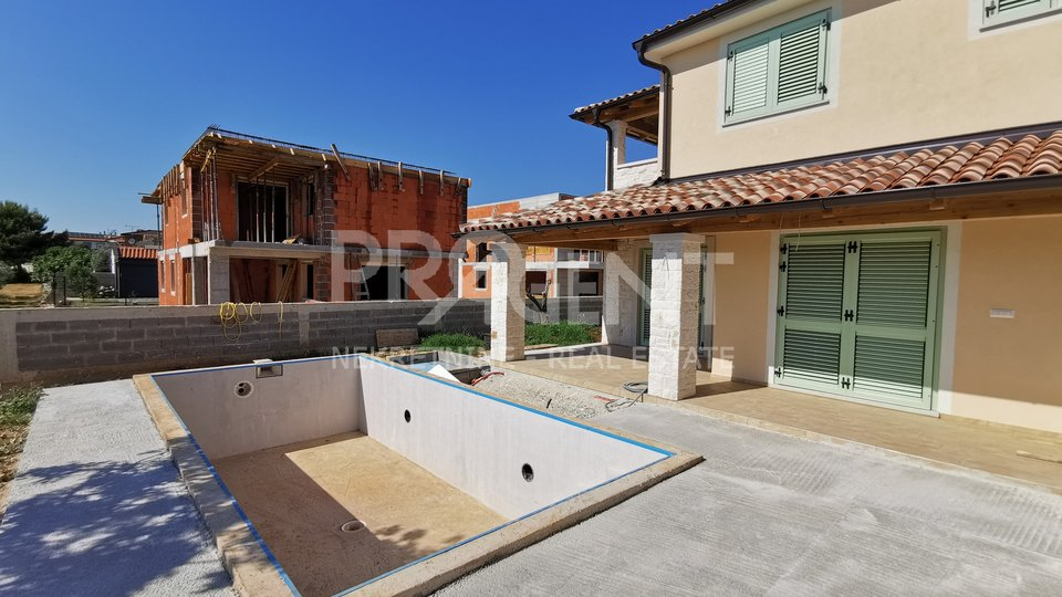 Peroj, novosagrađena dvojna kuća s bazenom
