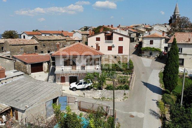 Buzet/Vrh, kuća s garažom i gospodarskom zgradom