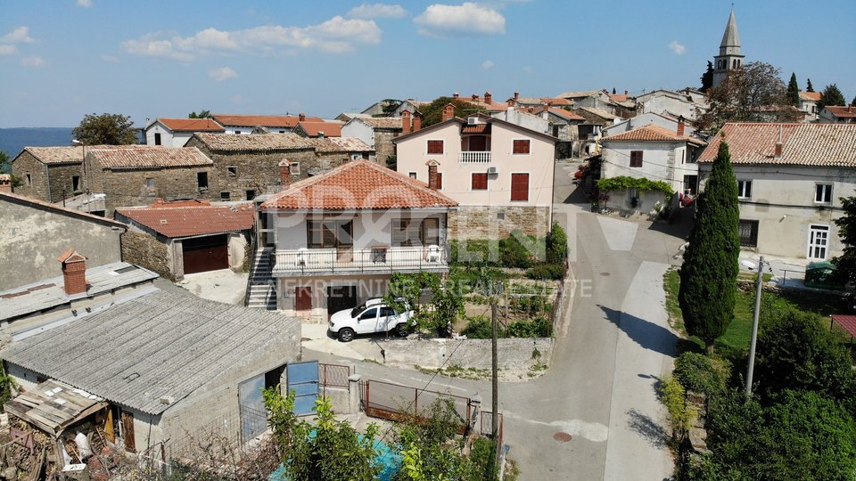 Buzet/Vrh the house with a garage and outbuildings