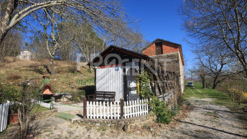 Stara kamena samostojeća zgrada kod Buzeta