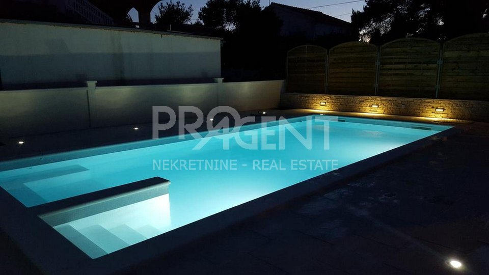 Dalmatia, Vir, detached house with pool and six apartments