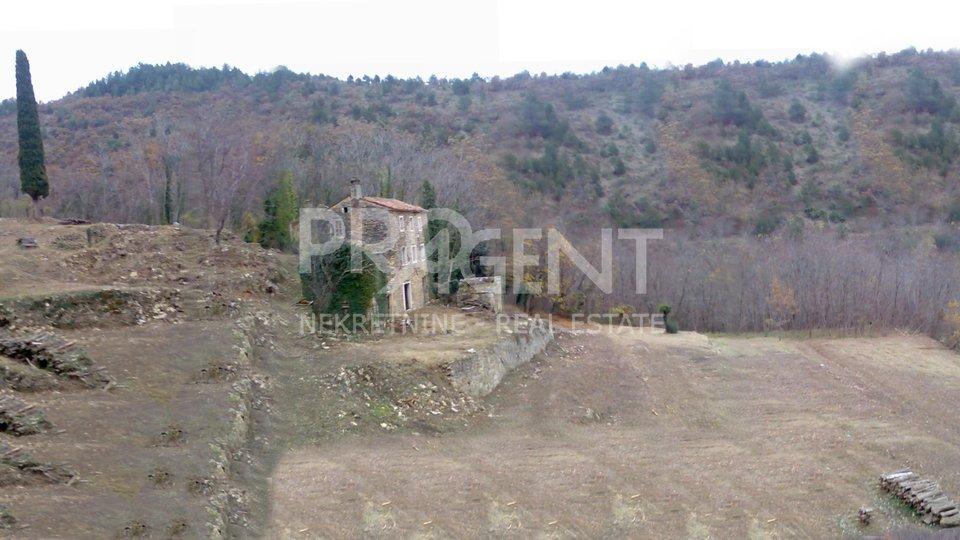 Istrien, Grožnjan, ein verlassenes Dorf mit sechs zerstörten Häusern und vier Scheunen