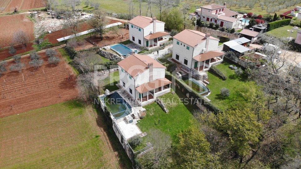 Istra, Vižinada, tri kamene kuće s bazenima