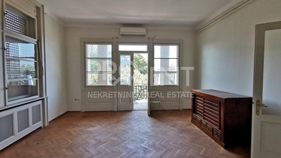 Pula, Apartment mit zwei Schlafzimmern in einem alten historischen Gebäude